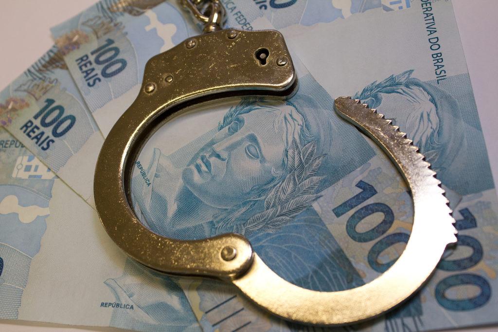 Prestar informações falsas à RFB é crime