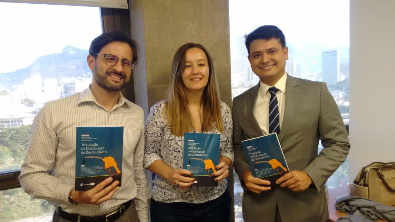 Livro reúne discussóes sobre o confuso sistema de tributação de combustíveis